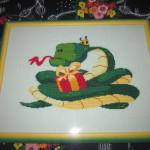 Вышитая картина «Змейка Новогодняя». Наконец-то оформлена!