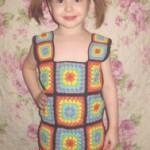 Вязаный сарафан для девочки «Маленькие радуги». Модель — дочурка Алинка.